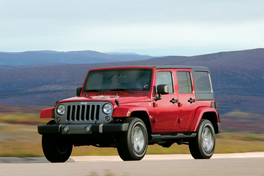 2015 jeep wrangler suv body on frame in desert road profile and front fascia_o