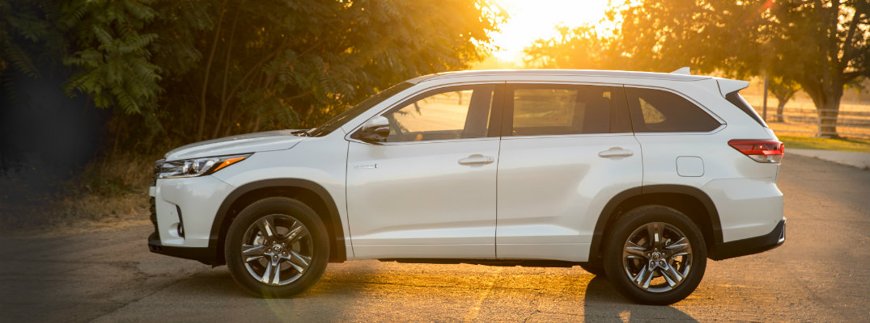 ... 2018 Toyota Highlander Hybrid In The Setting Sun
