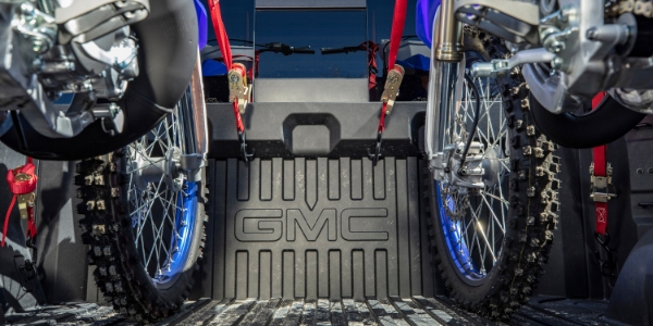 Bikes tied down in GMC CarbonPro™