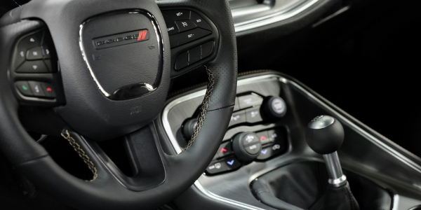 Steering wheel and gear shift in Dodge Charger Stars & Stripes Edition
