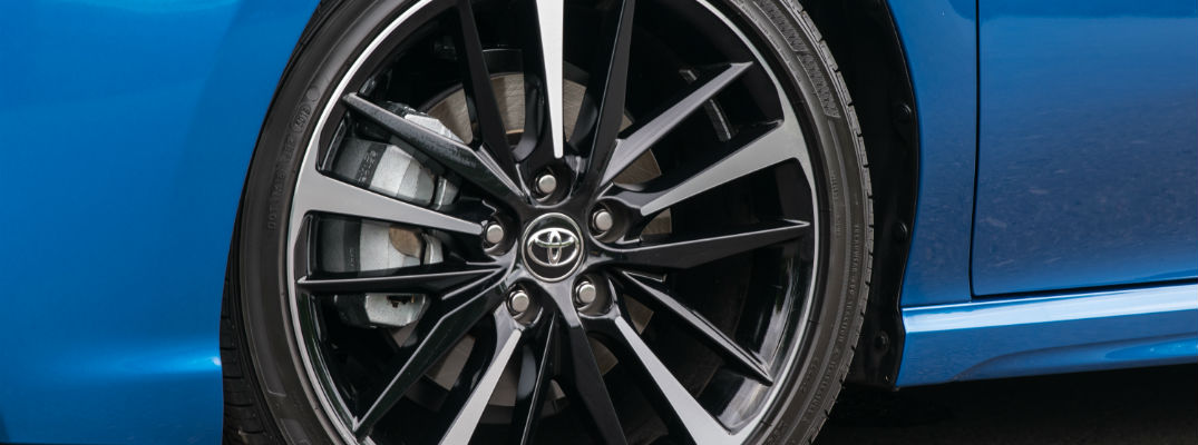 A close up photo of a wheel on the 2018 Toyota Camry