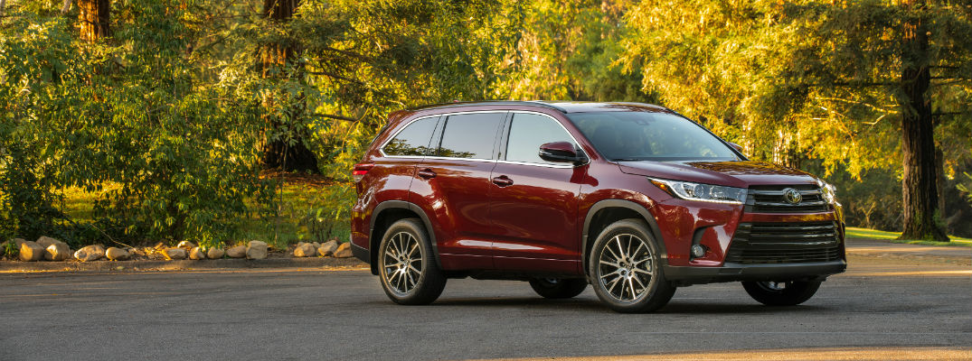 A right profile photo of the 2018 Toyota Highlander.