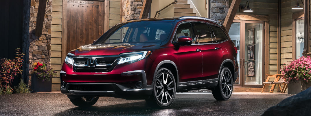 A front left quarter photo of the 2019 Honda Pilot.