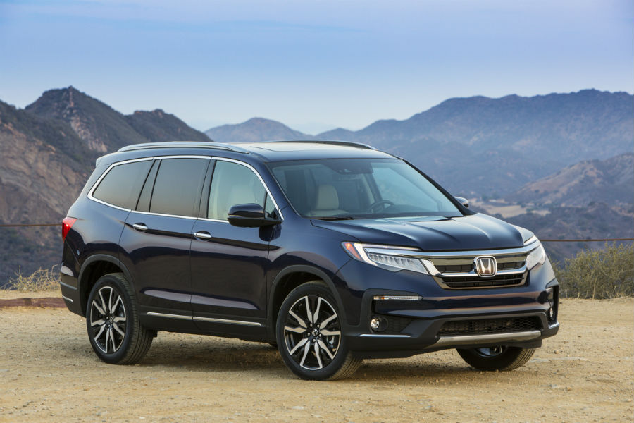 A front right quarter photo of the 2020 Honda Pilot.