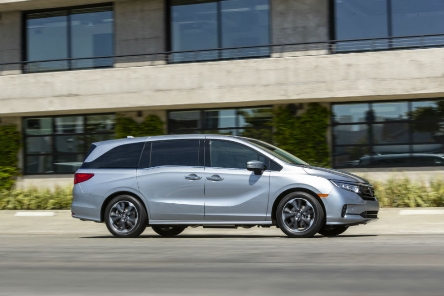 A right profile photo of the 2021 Honda Odyssey.