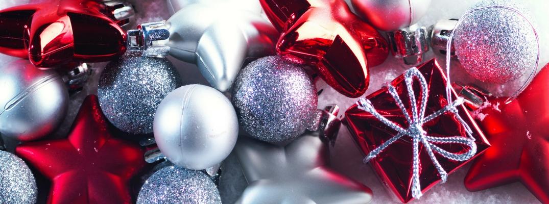Adornos de navidad rojos y plateados
