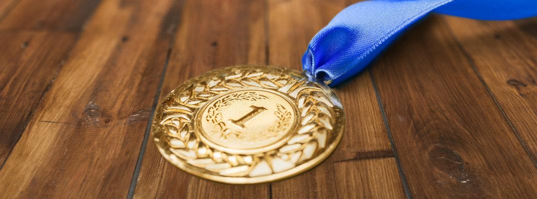Una medalla de oro con cinta azul