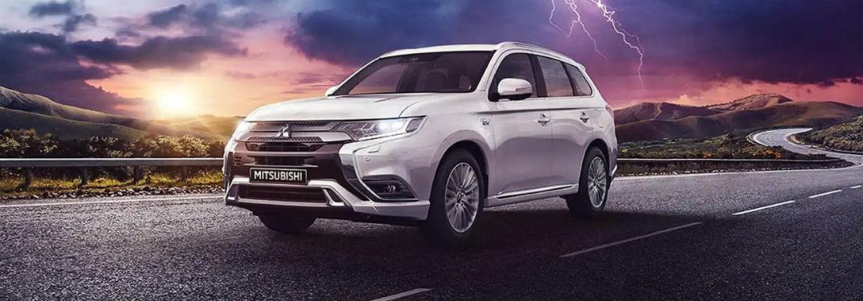 2020 Mitsubishi Outlander PHEV conduccin exterior cielo tormentoso
