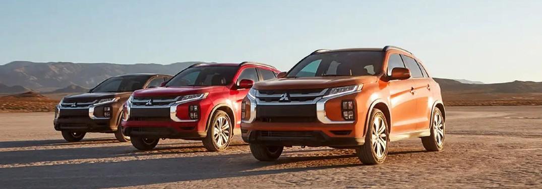 Tres modelos Mitsubishi Outlander Sport 2020 alineados afuera