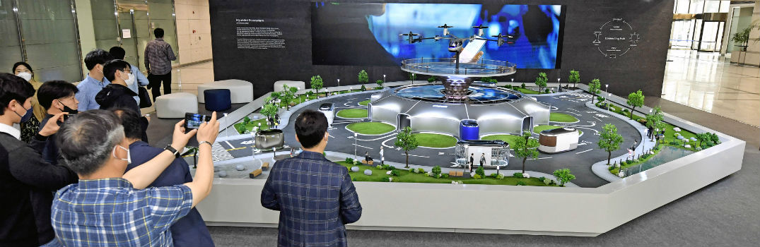 Hyundai Smart Mobility Ecosystem Model with Onlookers Close