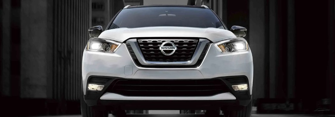 Front view of the 2020 Nissan Kicks in Aspen White Tricoat color with a roof in Super Black color