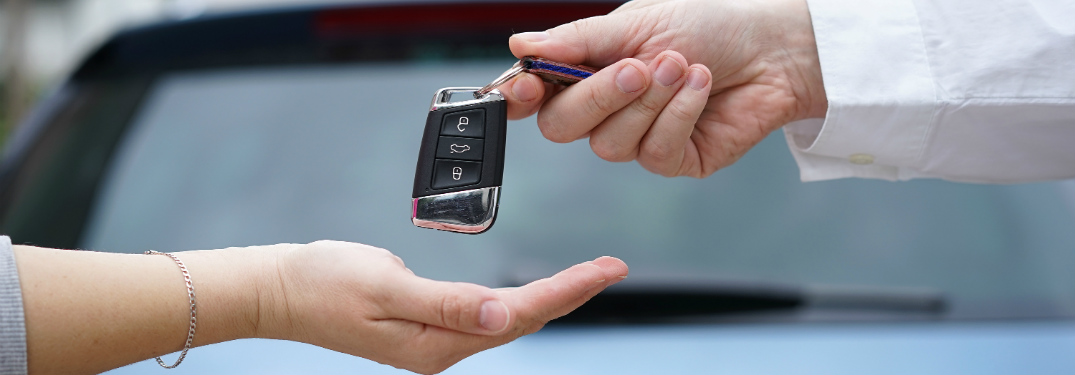 handing keys off to a new car buyer