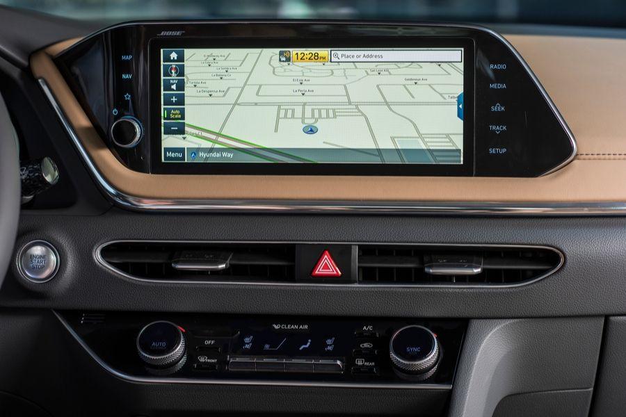 2020 Hyundai Sontana inside view of 10.25-inch navigation screen_o