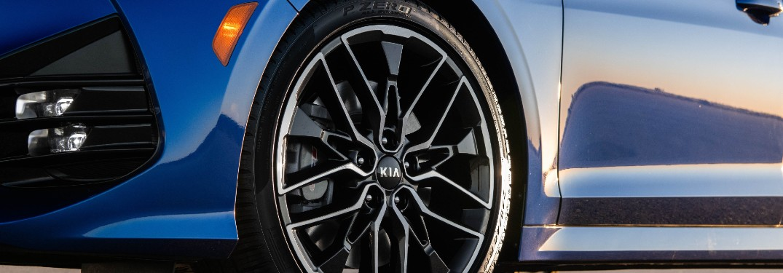 Wheel and tire on a blue 2021 Kia K5