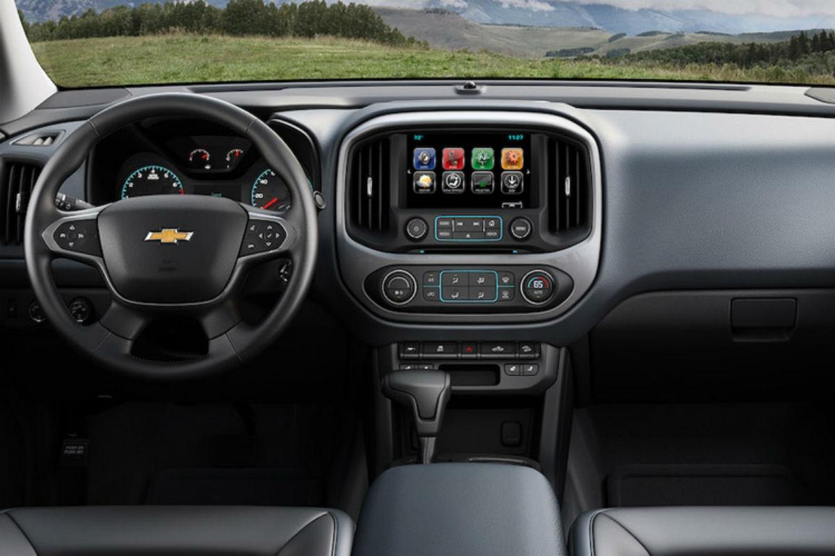 2018 Chevy Colorado's driver's cockpit
