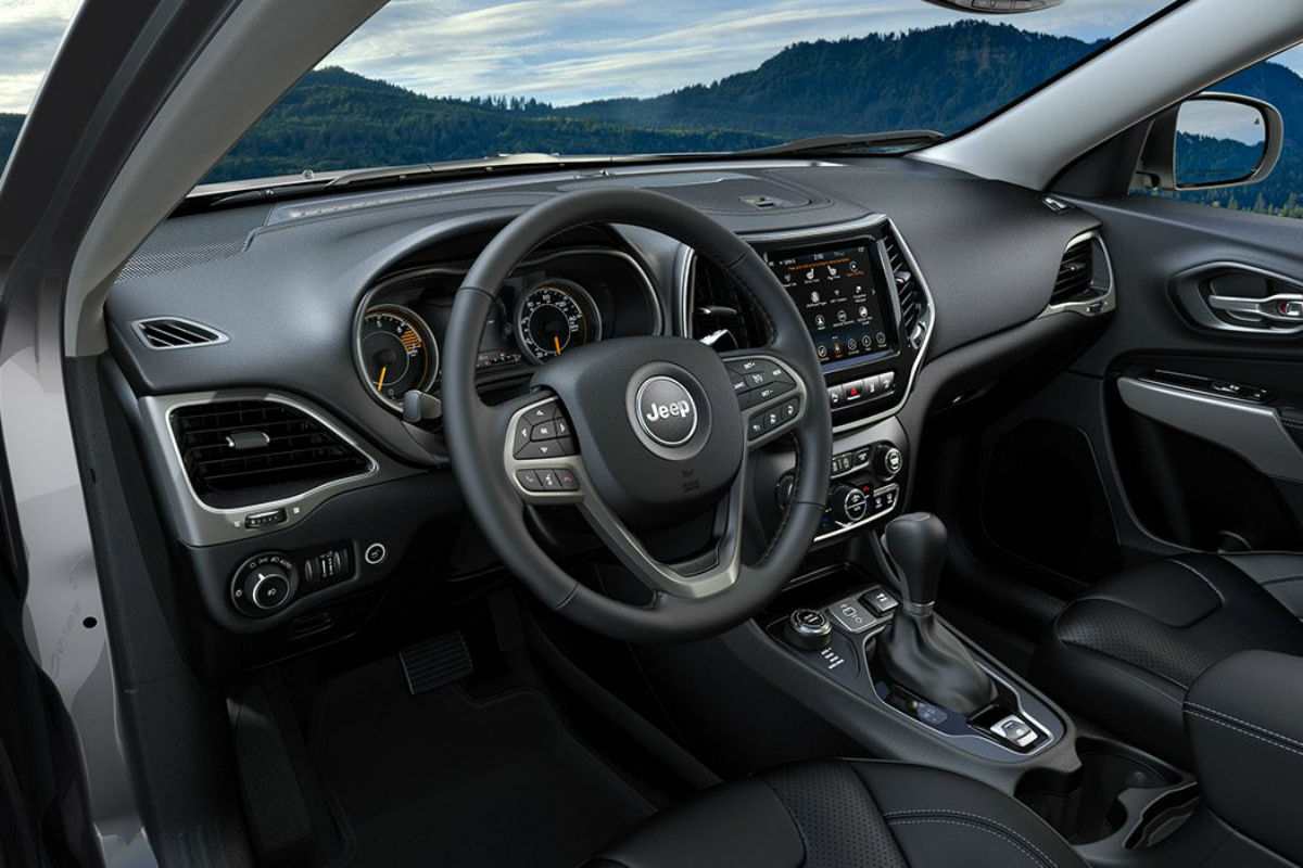 Driver's cockpit of the 2019 Jeep Cherokee