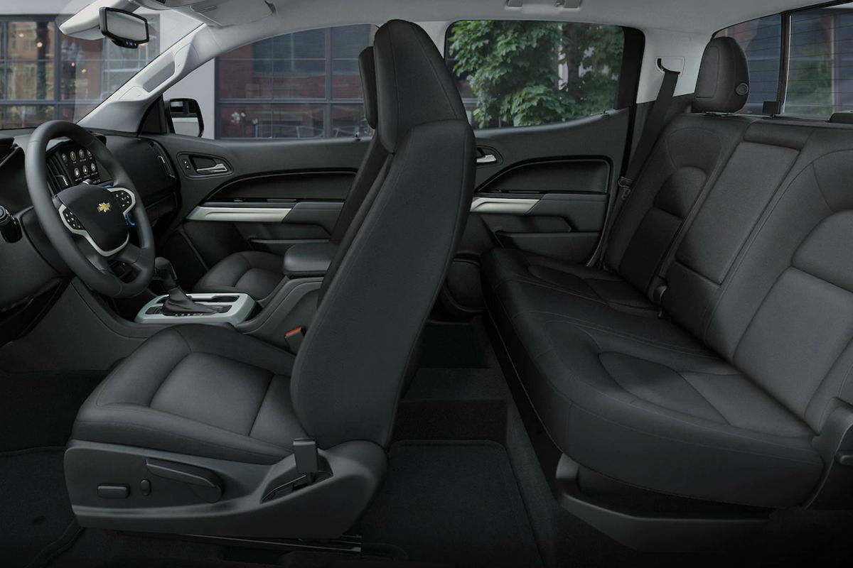 Side view of the two rows of seating in the 2019 Chevy Colorado